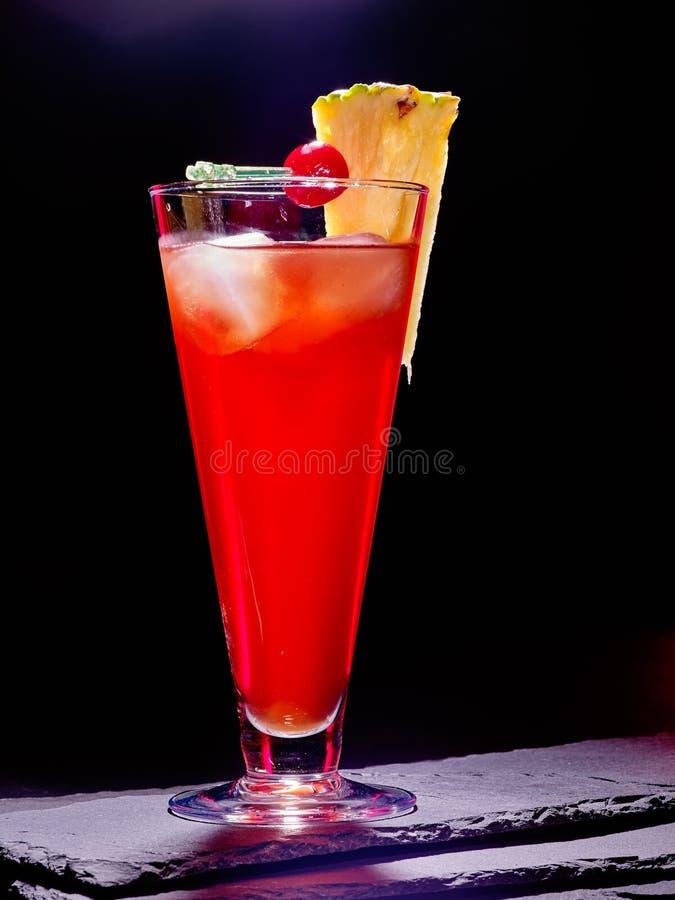 Красное питье с вишней и ананасом 84 стоковая фотография rf