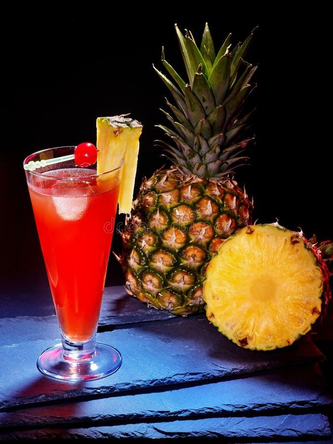 Красное питье с вишней и всем ананасом 24 стоковые фото