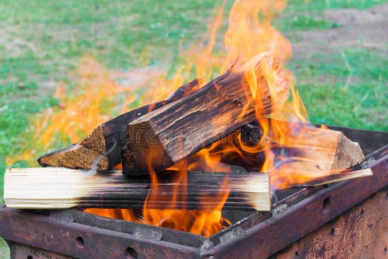 Красное пламя от отрезка дерева Горение швырка в меднике Пламена огня подготавливая для варить kebabs стоковая фотография rf