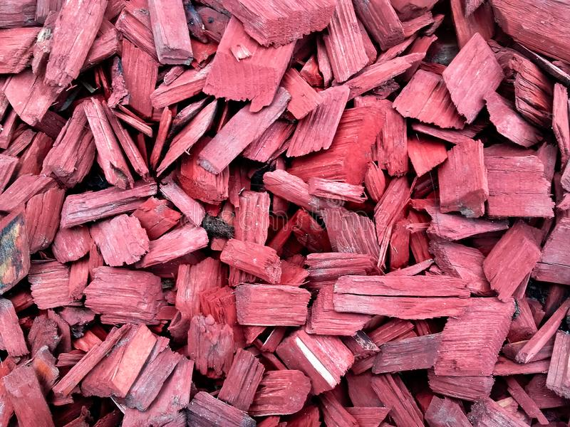 Красное покрашенное разжигать как украшение в парке стоковые фото