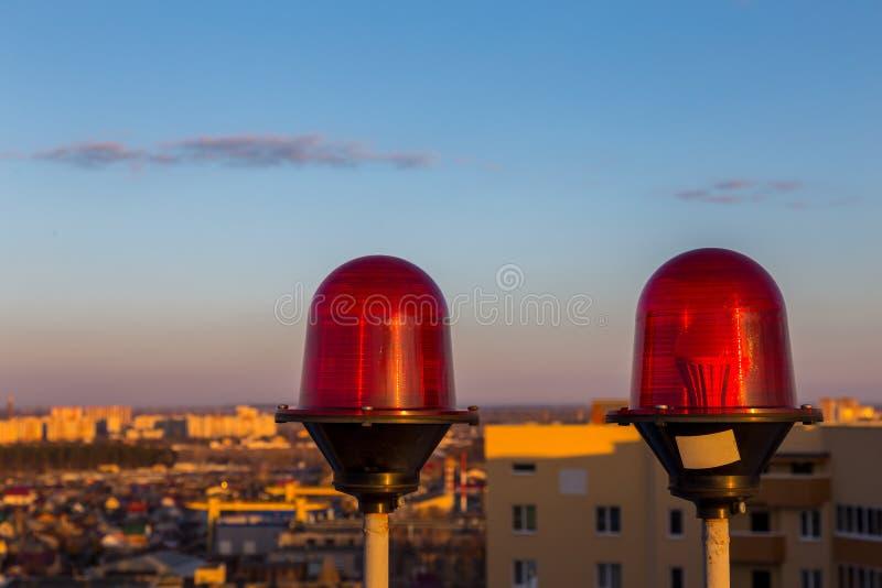 Красное проблескивая оповещение о самолетах освещает на верхней части здания небоскреба стоковые фото
