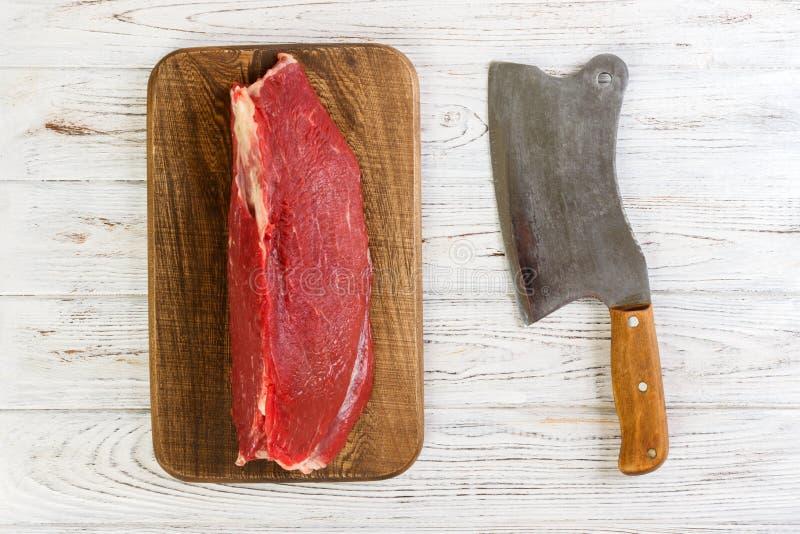 Красное свежее сырцовое филе телятины говядины на разделочной доске деревянное предпосылки белое стоковое изображение rf