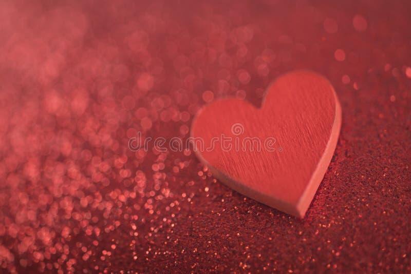 Красное сердце на предпосылке яркого блеска стоковые фотографии rf