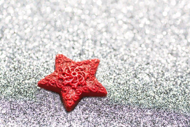Красное сердце на серебристой сияющей предпосылке подобной к льду Праздничная карточка для Нового Года и рождества, стоковое изображение