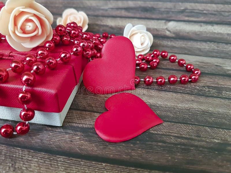 Красное сердце, подарочная коробка отбортовывает деревянное ремесло датируя предпосылку в феврале декоративную стоковое фото rf