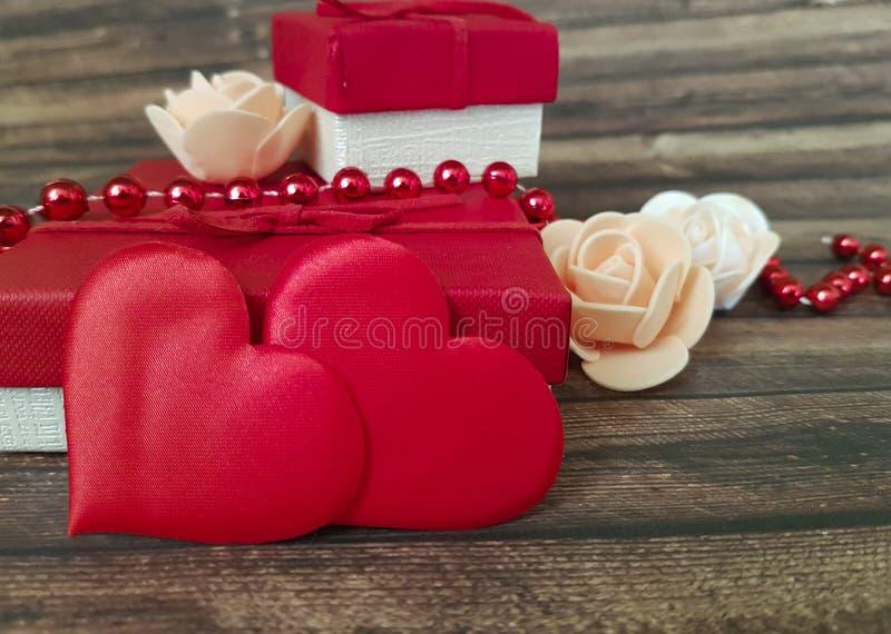 Красное сердце, подарочная коробка отбортовывает деревянную предпосылку стоковые фотографии rf