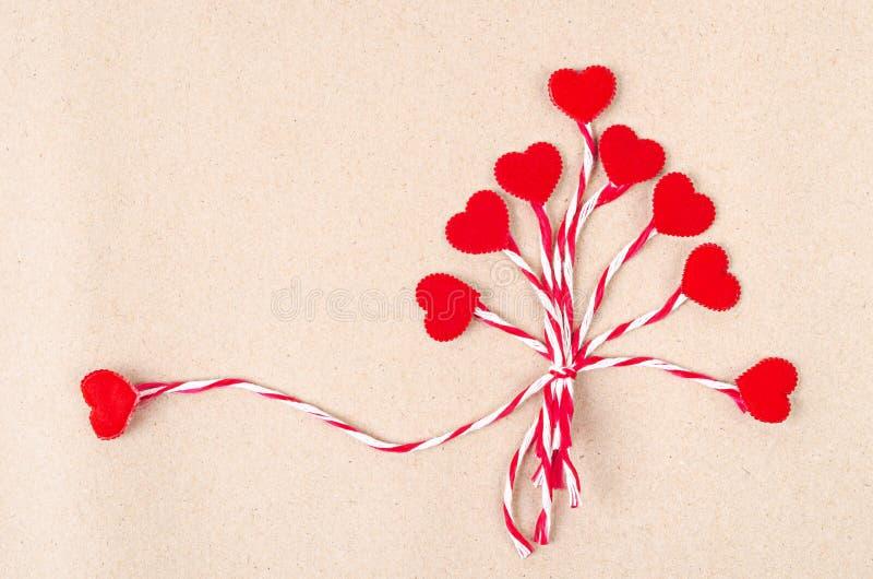 Красное сердце с веревочкой на коричневой предпосылке стоковые фотографии rf