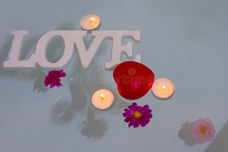 Красное сердце с свечами стоковые изображения rf