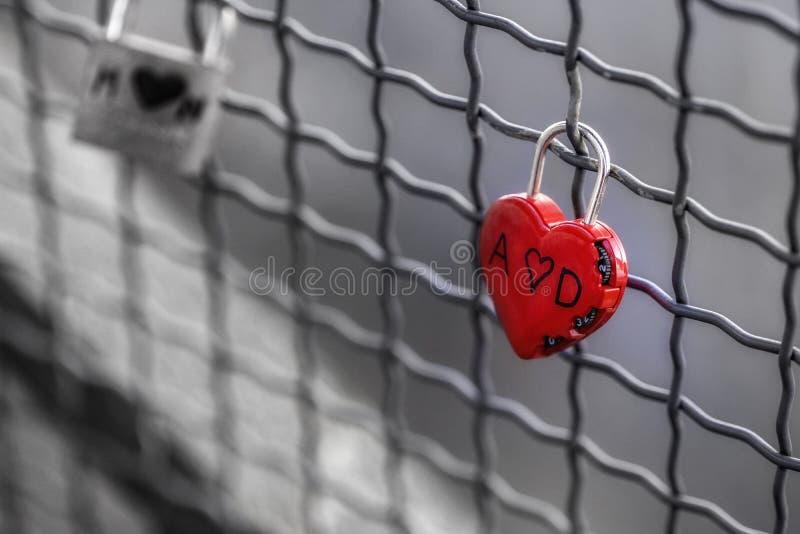 Красное сердце, черно-белое, padlock стоковая фотография