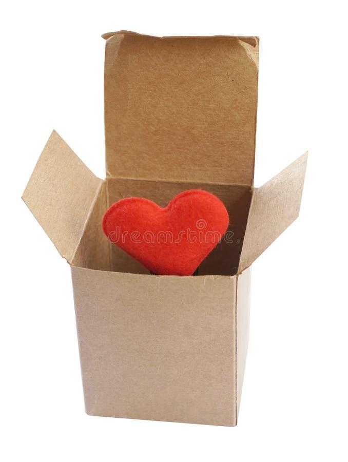 Красное сердце в изоляте бумажной коробки на белой предпосылке (с путем клиппирования) стоковые фото