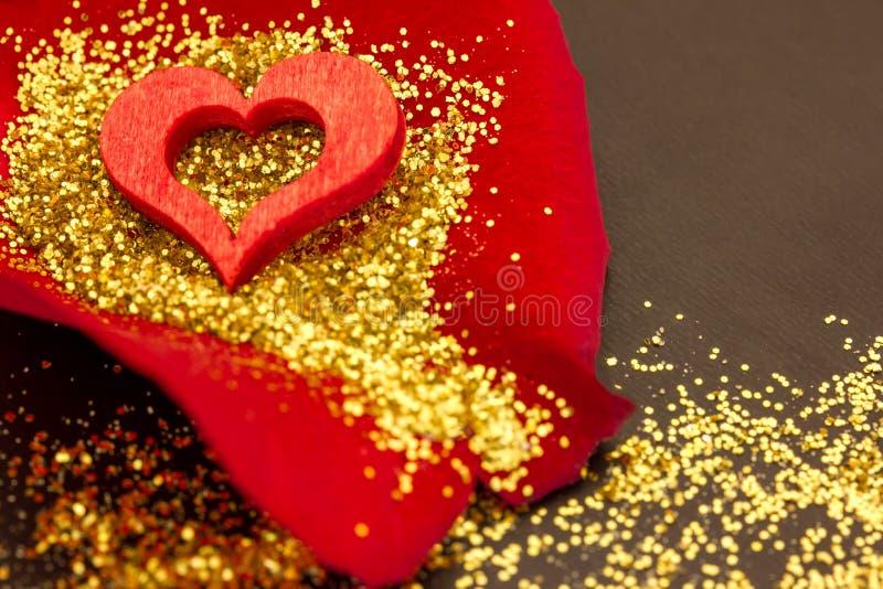 Красное сердце на лепестке розы стоковая фотография rf
