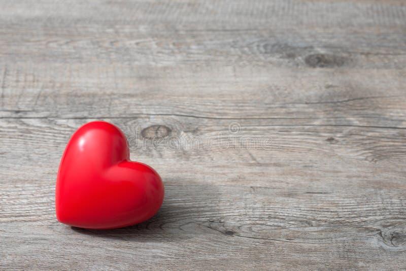 Красное сердце на деревянной предпосылке стоковые изображения rf
