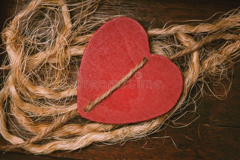 Красное сердце - символ любови и роман стоковое фото