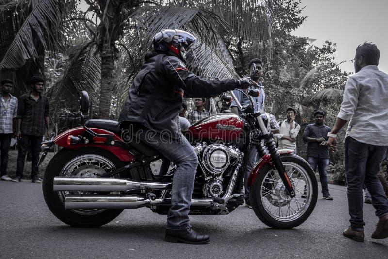 Красное черное Harley Davidson со свойственными шестернями стоковые фото