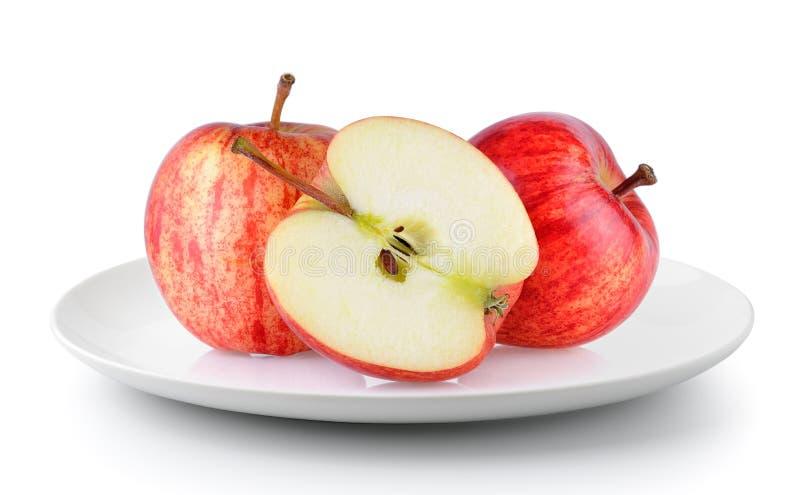 Красное яблоко в плите на белой предпосылке стоковые фото