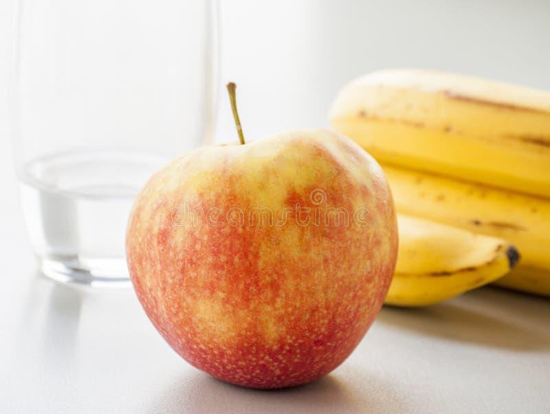 Красное яблоко изолированное на белой предпосылке стоковые фото