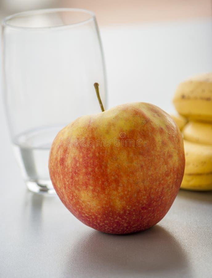 Красное яблоко изолированное на белой предпосылке стоковая фотография
