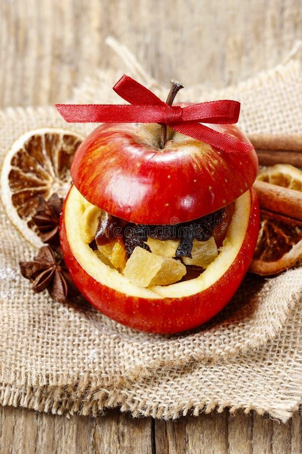Красное яблоко рождества заполненное с высушенными плодоовощами в меде стоковая фотография rf