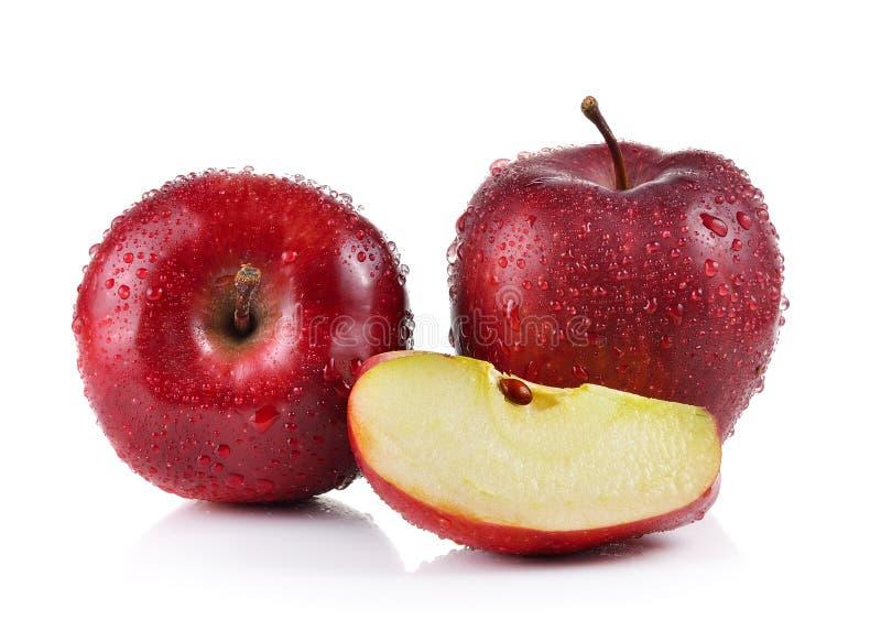 Красное яблоко с водой падает на белую предпосылку стоковая фотография