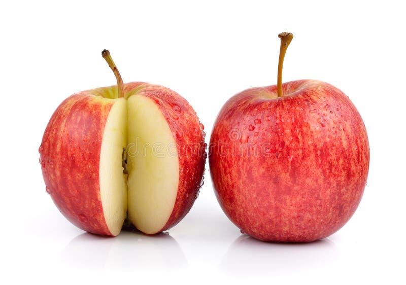 Красное яблоко с водой падает на белую предпосылку стоковые изображения rf