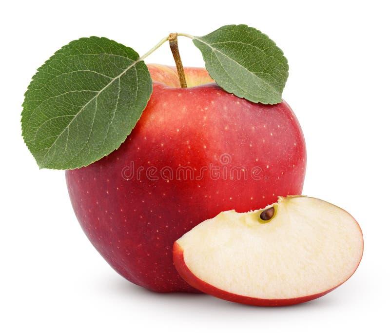 Красное яблоко с зелеными лист и кусок изолированный на белизне стоковое фото