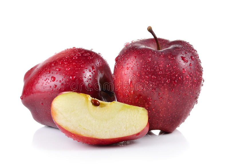 Красное яблоко с падениями воды на белизне стоковая фотография