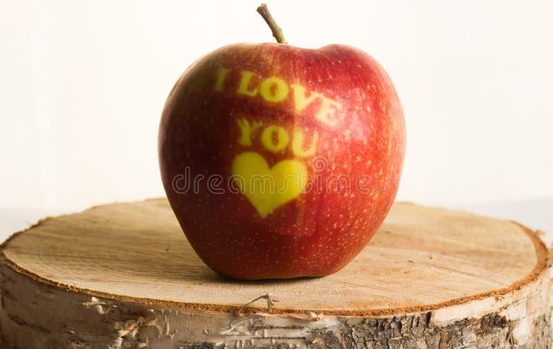 Download Красное яблоко с словами я тебя люблю Стоковое Фото - изображение: 66629148