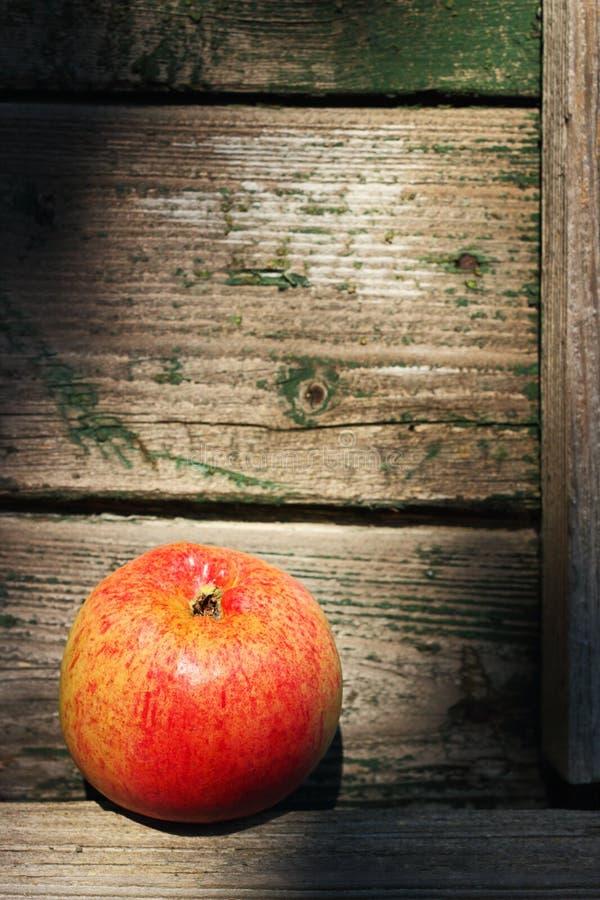Download Красное яблоко стоковое изображение. изображение насчитывающей деревянно - 33731191
