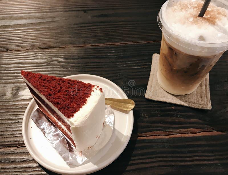 Красное macchiato торта и карамельки бархата стоковая фотография