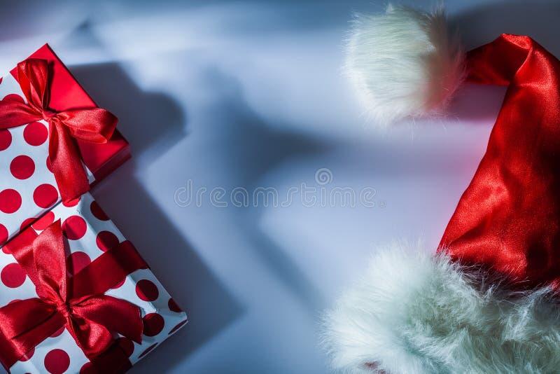 Красной подарочная коробка Санта упакованная крышкой на белой предпосылке стоковые фотографии rf