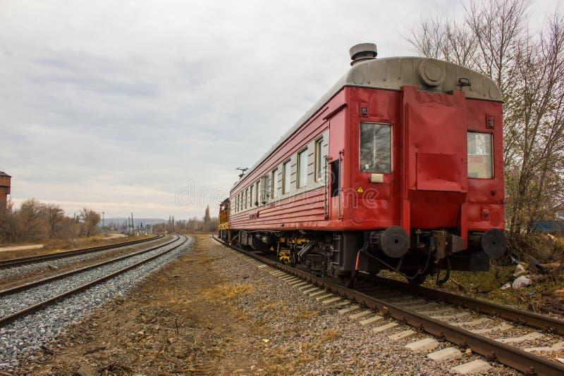 Красно-желтый локомотивный поезд на следах стоковое изображение rf