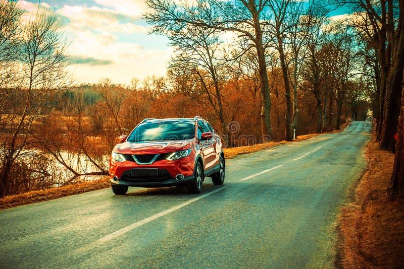 Красные автомобиль и дорога асфальта стоковая фотография rf