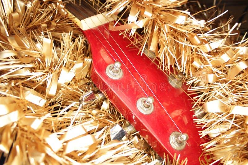 Красные акустическая гитара, строки и сусаль стоковые фотографии rf