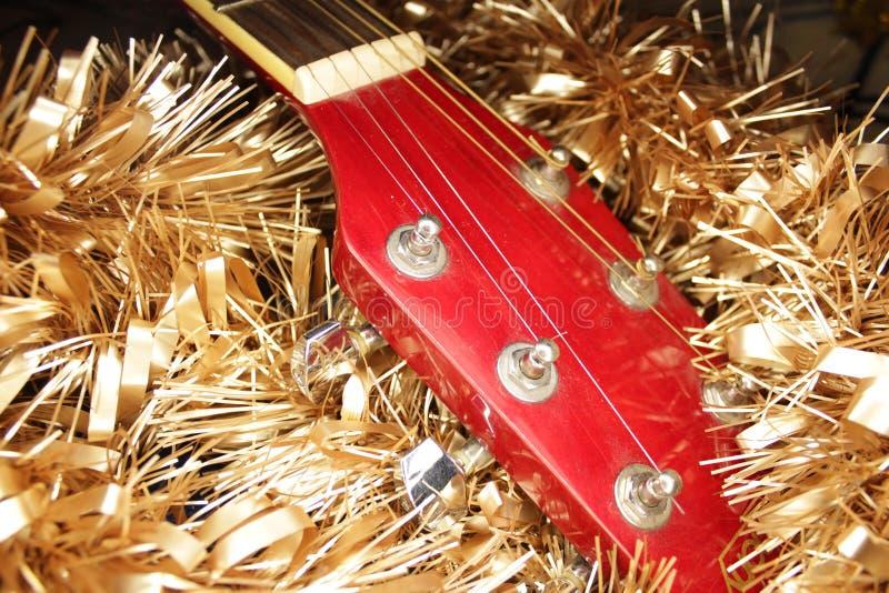 Красные акустическая гитара, строки и сусаль стоковое фото