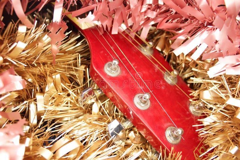 Красные акустическая гитара, строки и сусаль стоковая фотография