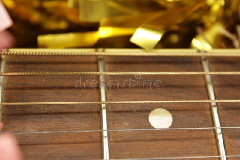 Красные акустическая гитара, строки и сусаль стоковое фото rf