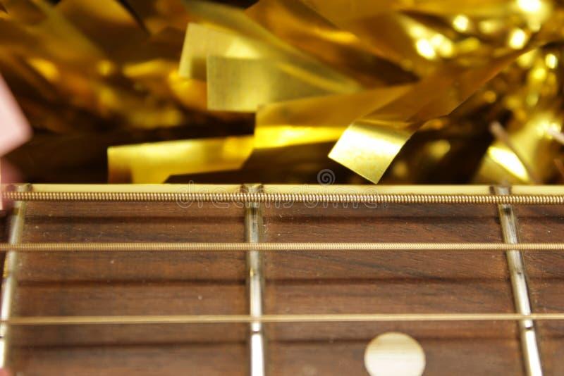 Красные акустическая гитара, строки и сусаль стоковое изображение rf