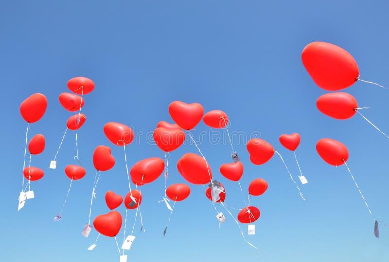 Красный шарик в синем небе картинки