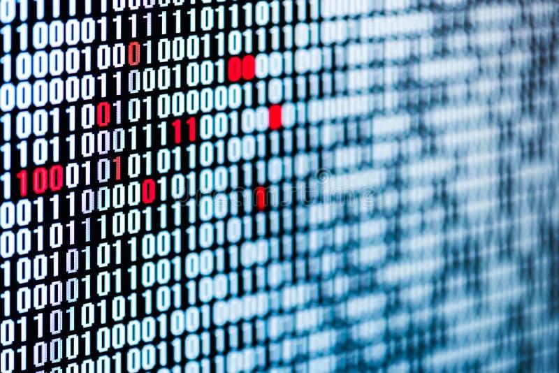 Красные биты - нарушение целостности данных - последовательность бита - экран стоковые фото