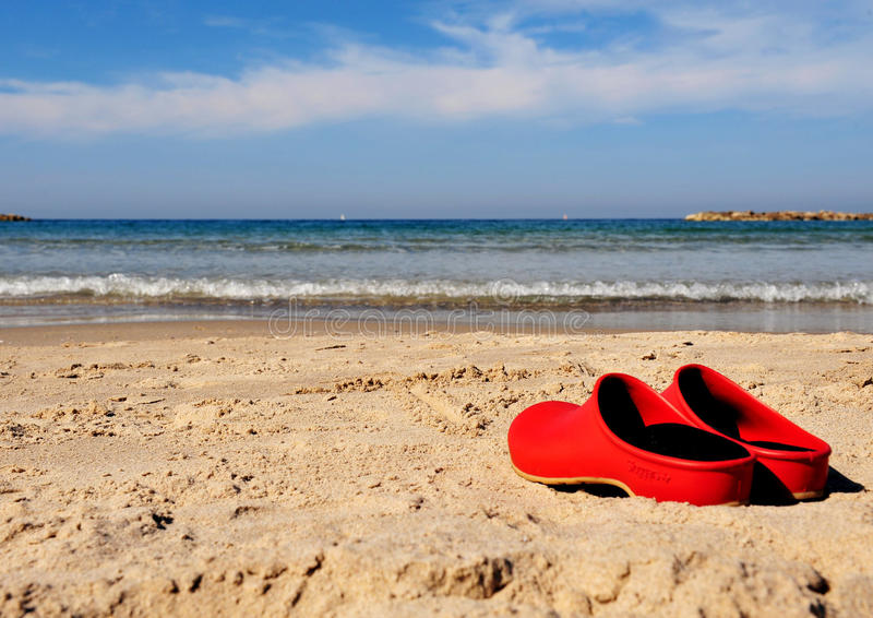 Красные ботинки пляжа стоковое изображение