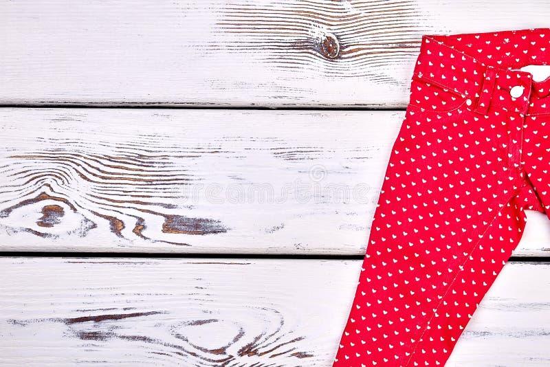 Красные брюки печати сердец для девушек стоковые фото