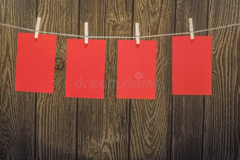 Красные бумаги иллюстрация вектора