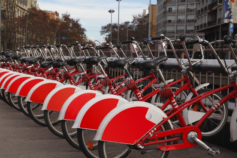 Красные велосипеды для ренты стоковая фотография rf