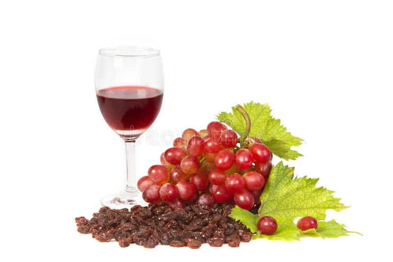 Красные виноградины и изюминки с бокалом вина стоковая фотография rf