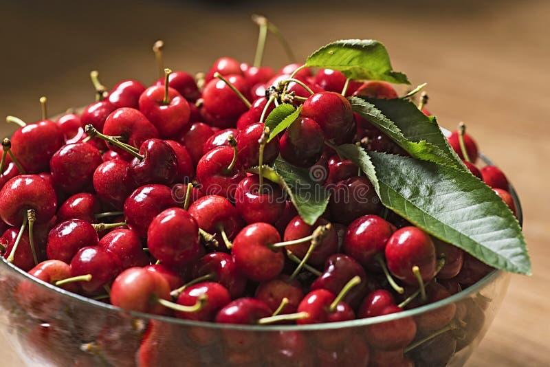Красные вишни в шаре стоковое изображение