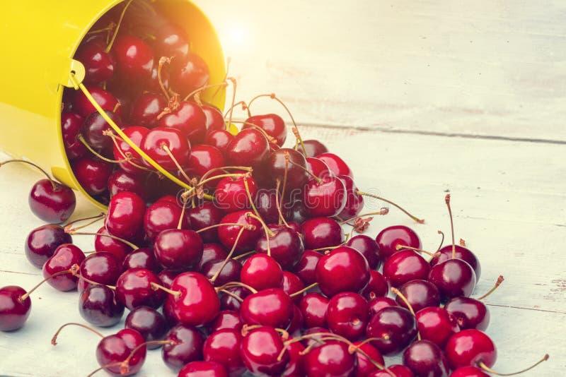 Красные вишни на деревянной таблице grunge стоковые фотографии rf