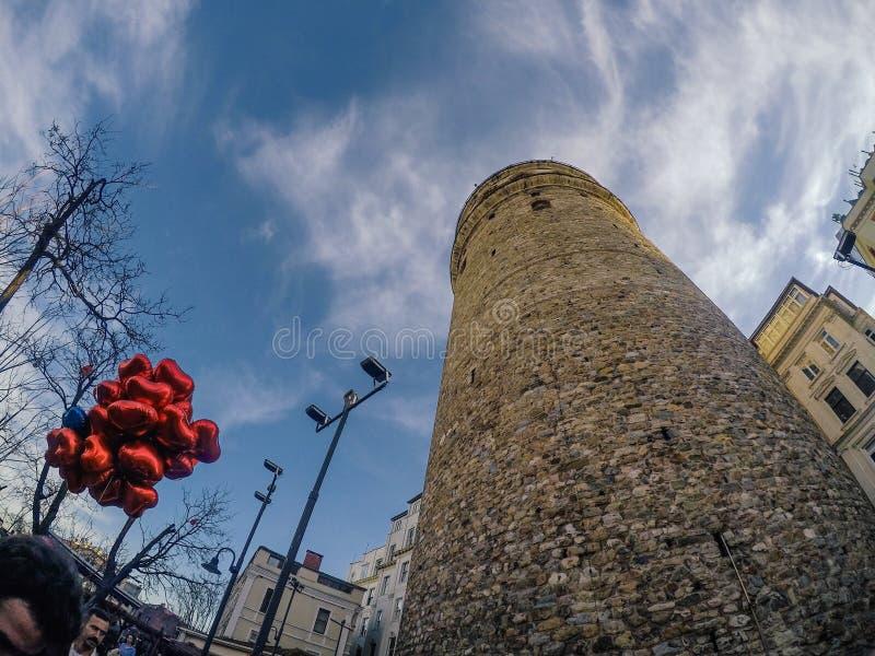 Красные воздушные шары сердца в пасмурном дне с голубым небом стоковая фотография rf