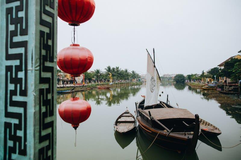 красные восточные фонарики и деревянные шлюпки в Hoi, Вьетнаме стоковое фото rf