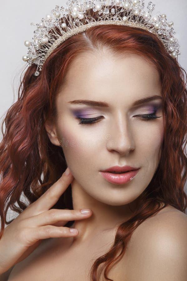 Красные волосы Красивая невеста с курчавыми длинными волосами Высокомарочное изображение Красивый усмехаясь портрет женщины на бе стоковые изображения