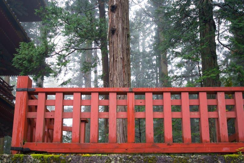 Красные деревянные обнесут забором святыню Toshogu место всемирного наследия ЮНЕСКО стоковая фотография rf